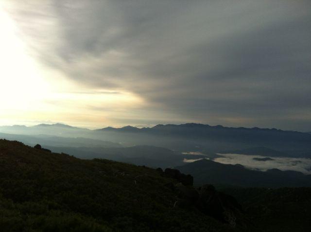登山中にゲリラ豪雨に遭遇!前も見えない雨にどう対処する?
