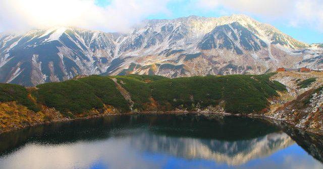湖面に映る山