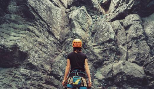 今注目は登山用ヘルメット!軽量化が進む登山グッズを見る