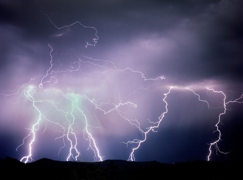 山の一番の恐怖!落雷の対応と避難方法